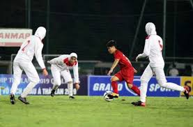 Vietnam fight agaist Iran in the opening match of the second round of the Asian women's U19 tournament 2019